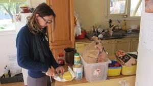 Préparation du pain pendant que le porridge chauffe pour le petit-déjeuner