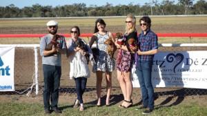Les participants à la course de chiens saucisses